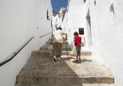 """4- Hiç merdivenlerden zar zor pazar arabasını çıkarmaya çalışan yaşlı bir kadın gördünüz mü? Peki, ona biri yardım etmeli diye hiç düşünmediniz mi? Peki o """"biri"""" neden siz olmayasınız?"""
